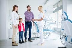 La famille rend visite au dentiste dans le bureau dentaire Photographie stock libre de droits