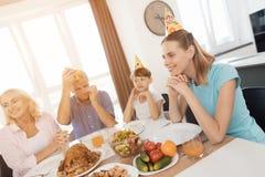 La famille s'est réunie à la table de fête pour célébrer l'anniversaire d'une petite fille Photos libres de droits