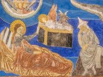 La famille sainte dans l'écurie, une mur-peinture médiévale Photos libres de droits