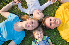 La famille se déplace en véhicule Image libre de droits
