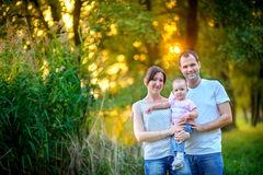 La famille a un repos dans le parc Image libre de droits
