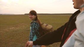 La famille voyage avec le chien sur la plaine venez apr?s moi Papa avec une petite fille dans ses voyages de bras avec des enfant banque de vidéos