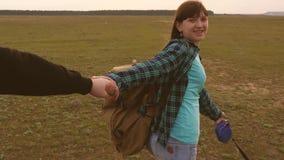 La famille voyage avec le chien sur la plaine venez apr?s moi Papa avec une petite fille dans ses voyages de bras avec des enfant clips vidéos