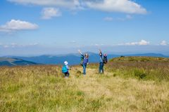 La famille voyage dans les montagnes Photos stock