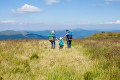 La famille voyage dans les montagnes Images stock