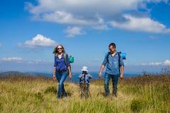 La famille voyage dans les montagnes Image stock