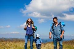 La famille voyage dans les montagnes Photographie stock