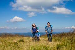 La famille voyage dans les montagnes Photos libres de droits