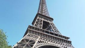 La famosa Torre Eiffel de París almacen de metraje de vídeo