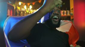 La fan afroamericana que agitaba la bandera francesa en equipo de deportes de la barra que disfrutaba anot? meta metrajes