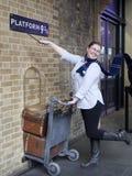 La fan de Harry Potter recrée pousser un chariot vers la plate-forme neuf et trois quarts du film Photographie stock libre de droits