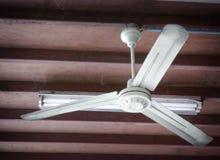 La fan eléctrica está girando en el techo de madera imagen de archivo libre de regalías