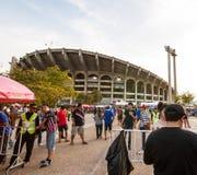 La fan tailandesa esperaba el partido de fútbol Imagenes de archivo