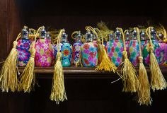 La fantaisie a décoré les bouteilles de parfum colorées Images stock