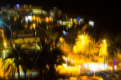 La fantaisie de couleur d'une scène brouillée de nuit avec ses images de traînées et de starburst de couleur contre un ciel noir Image libre de droits