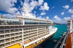 La fantasía de Disney del barco de cruceros atracó en el puerto de ciudad del camino imagen de archivo libre de regalías