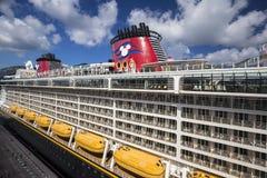 La fantasía de Disney del barco de cruceros atracó en el puerto de ciudad del camino imágenes de archivo libres de regalías