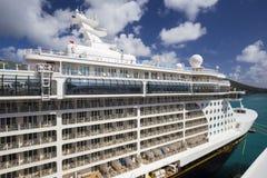 La fantasía de Disney del barco de cruceros atracó en el puerto de ciudad del camino fotos de archivo