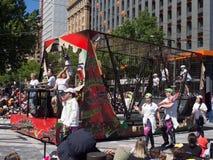La fantasía flota la 'tierra que anda en monopatín en la jaula de acero 'se realiza en el desfile 2018 del desfile de la Navidad  fotografía de archivo libre de regalías