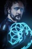 La fantasia e la fantascienza, soldato futuristico si sono vestite nel nero Immagine Stock