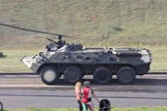 La fanteria combatte il vehicele btr-80 Immagini Stock