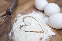 La farina bianca, tre uova e sbatte su una tavola di legno Farina assorbita Hart immagine stock libera da diritti