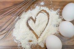 La farina bianca, tre uova e sbatte su una tavola di legno Farina assorbita Hart fotografia stock libera da diritti