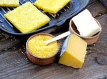 La farina di mais al forno affetta la polenta Immagini Stock