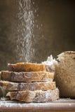 La farina ha versato sulle fette di pane fotografia stock