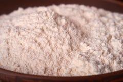 La farina si è sparsa fuori sulla tavola di legno veduta da sopra Cottura del concetto di cottura Immagini Stock Libere da Diritti