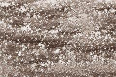 La farina si è sparsa su una tavola in un deposito del forno fotografie stock libere da diritti