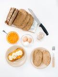 La farine d'avoine grille avec les légumes et l'oeuf dur écrasés photo stock