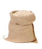La farine d'avoine s'écaille dans le sac. images stock