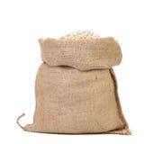 La farine d'avoine s'écaille dans le sac. photo libre de droits