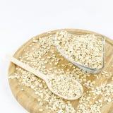 La farine d'avoine s'écaille sur le conseil en bois Nourriture végétarienne saine Images stock