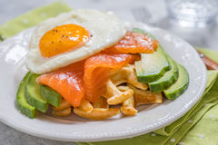 La farine d'avoine saine de petit déjeuner de nourriture de consommation waffles, les saumons fumés, l'avocat et l'oeuf photographie stock libre de droits