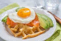 La farine d'avoine saine de petit déjeuner de nourriture de consommation waffles, les saumons fumés, l'avocat et l'oeuf photo stock