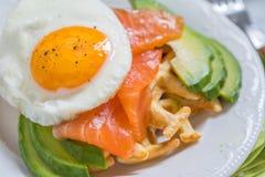 La farine d'avoine saine de petit déjeuner de nourriture de consommation waffles, les saumons fumés, l'avocat et l'oeuf images stock