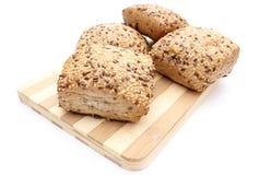 La farine de blé entier roule sur la planche à découper d'isolement sur le fond blanc Photographie stock libre de droits