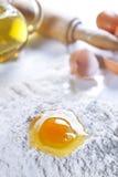 La farine Eggs Olive Oil et la goupille Photo stock