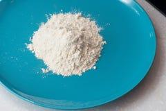 La farine est dans le plat bleu Images stock