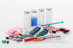 La farmacologia riduce in pani le siringhe delle fiale Immagine Stock
