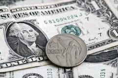 LA FATTURA DEL DOLLARO $1 CON LA MONETA SOVIETICA SULLA PARTE SUPERIORE Fotografie Stock Libere da Diritti