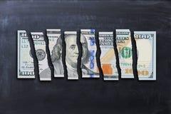 La fattura di dollaro americano ha tagliato nei pezzi che suggeriscono l'economia debole fotografie stock libere da diritti