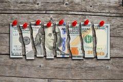 La fattura di dollaro americano ha tagliato nei pezzi che suggeriscono l'economia statunitense debole Fotografie Stock Libere da Diritti