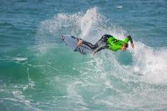 La favorable competencia que practica surf de Ballito fotos de archivo