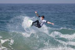 La favorable competencia que practica surf de Ballito fotografía de archivo libre de regalías