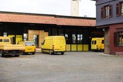 La fábrica del almacén de distribución con las furgonetas y rucks en fila Fotografía de archivo