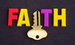 La fe lleva a cabo el clave. Foto de archivo libre de regalías