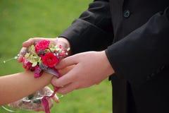 La fecha del baile de fin de curso resbala en el ramillete de la muñeca imágenes de archivo libres de regalías